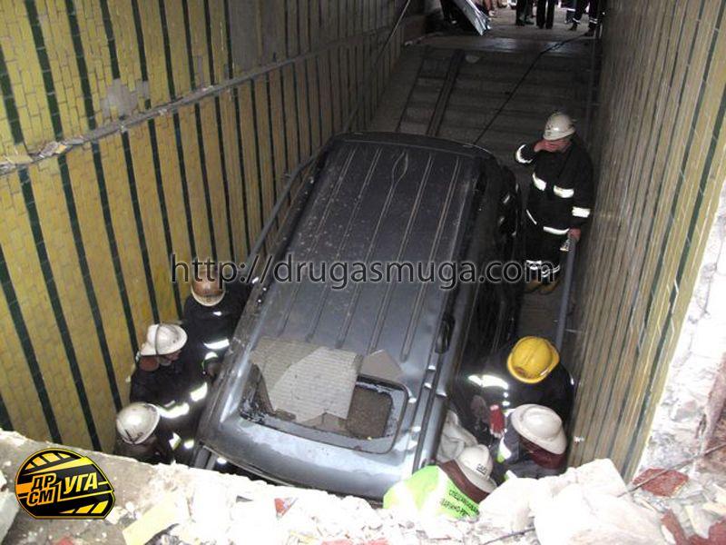 Honda Pilot залетел в подземный переход фото-12